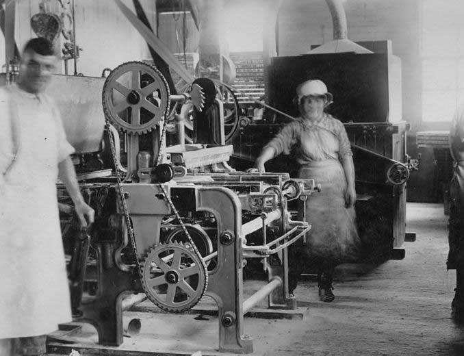 029%20-%203%20Industrial_machinery_in_a_factory_in_Brisbane%2C_ca2.jpg